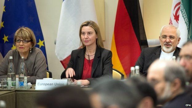 EU foreign policy chief Federica Mogherini (c) sits next to Iranian Foreign Minister Mohammad Javad Zarif (r) at the nuclear talks in Lausanne (31 March 2015)