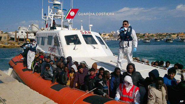 Migrants arrive on Lampedusa, 5 April
