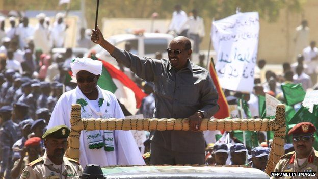 Sudan's President Omar al-Bashir (C) waves to the crowd during a campaign rally for the upcoming presidential elections in El-Fasher, in North Darfur