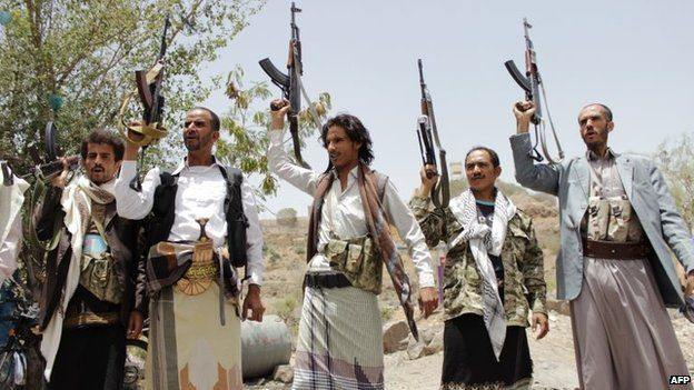 Supporters of the Houthi rebel movement brandish their weapons in Taiz, Yemen (10 April 2015)