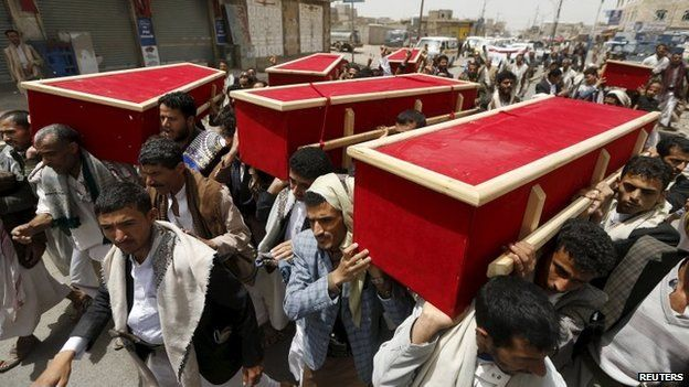 People carry the coffins of victims of a Saudi-led coalition air strike in Sanaa (10 April 2015)