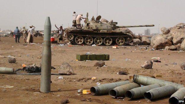 Tribal militiamen fighting Houthi rebels in Aden, Yemen (9 April 2015)
