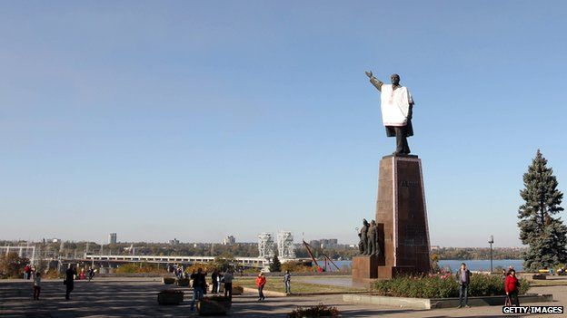 Statue of Lenin wearing a traditional Ukrainian shirt