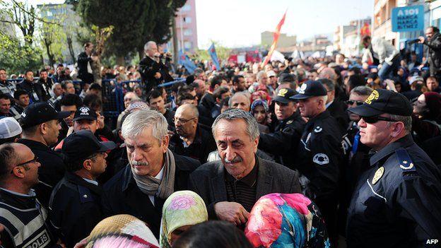 Relatives confront police outside Akhisar tribunal, 13 Apr 15