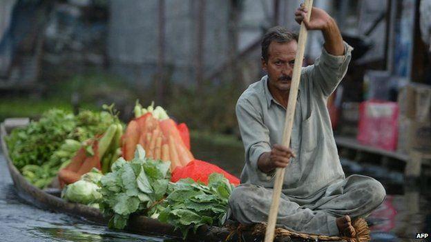 Floating vegetable market in India