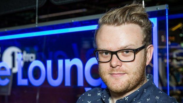 Mae gweld ambell i wyneb cyfarwydd fel y DJ Huw Stephens wedi helpu Steffan i setlo yn Radio 1