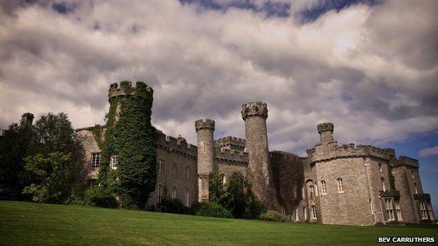 Castell Bodelwyddan: Yn ystod y Rhyfel Byd Cyntaf cafodd tŷ y castell ei ddefnyddio fel ysbyty ymadfer i filwyr clwyfedig.