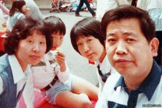Hiroshi Ueda captures his family on holiday using his invention, the extender stick