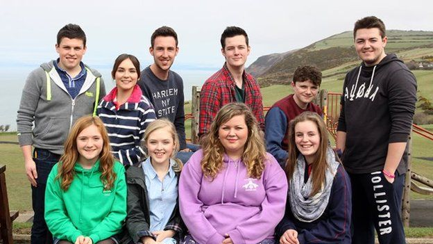 Dafydd, Sioned, Gareth, Ashley, Dewi, Osian (rhes gefn), Jodi, Lois, Erin, Gwen (rhes flaen)