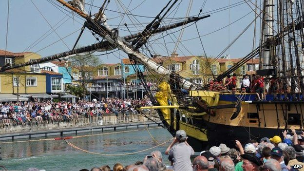 People look at a replica of French frigate Hermione at La Rochelle (April 2015)