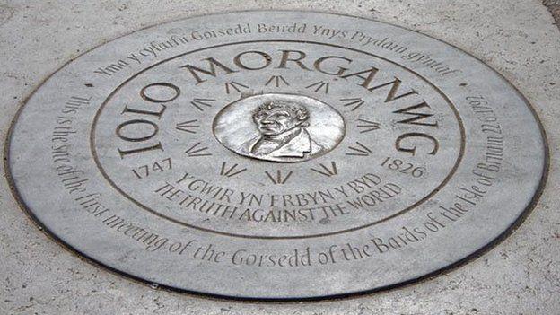 Cofeb Iolo Morganwg, Bryn y Briallu ( Primrose Hill): Mae olion traddodiadau'r Cymry i'w gweld yn amlwg yn Llundain.