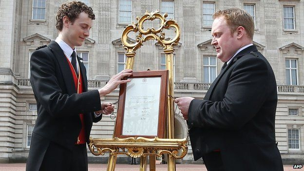 An easel in front of Buckingham Palace