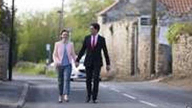 Arweinydd y Blaid Lafur Ed Miliband a'i wraig Justine yn cerdded i'r orsaf bleidleisio yn Doncaster.