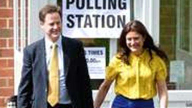 Arweinydd y Democratiaid Rhyddfrydol Nick Clegg a'i wraig Miriam Gonzalez Durantez y tu allan i orsaf bleidleisio yn Sheffield.