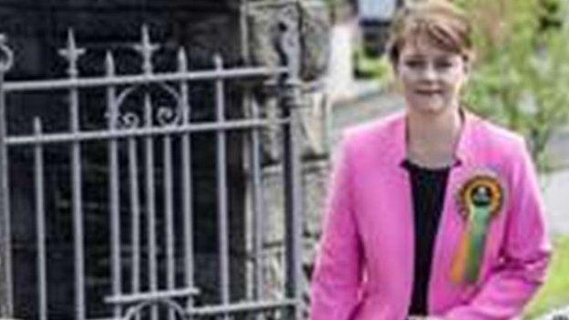 Arweinydd Plaid Cymru Leanne Wood yn cyrraedd gorsaf bleidleisio ym Mhenygraig yn y Rhondda.