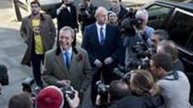 Arweinydd UKIP Nigel Farage yn pleidleisio yn Ramsgate, Caint.