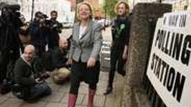 Natalie Bennett, arweinydd y Blaid Werdd, yn gadael gorsaf bleidleisio yn Llundain.