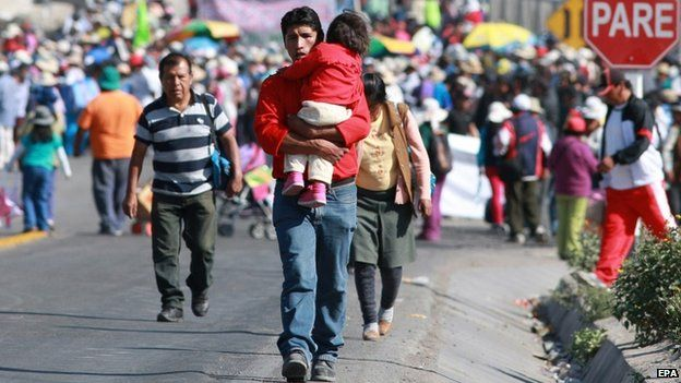 Residents walking to mobilize due to the blocking of the road from Arequipa to Cuzco and Puno, 22 April 15