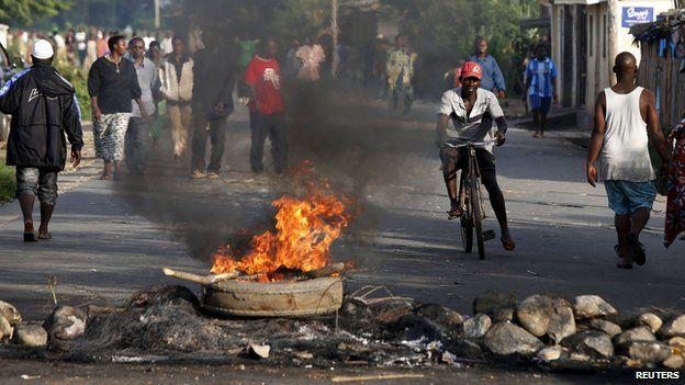 Burning barricade in Bujumbura, Burundi, on 13 May 2015