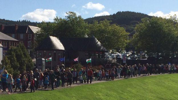 Gorymdaith Gŵyl Gyhoeddi Eisteddfod caerffili yn cyrraedd y castell