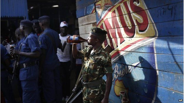 A soldier drinks beer with police officers in Bujumbura, 15 May 2015