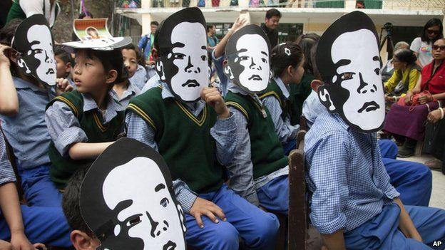 Exile Tibetan school children wear masks of Gedhun Choekyi Nyima, the Panchen Lama chosen by Dalai Lama, to mark his 26th birthday in Dharmsala (25 April 2015)