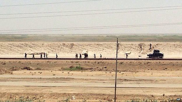 Iraqi forces retreat from Ramadi towards Baghdad. 17 May 2015