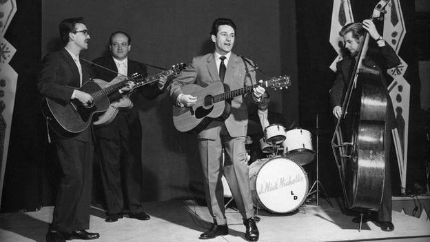Lonnie Donegan with his skiffle group. Left to right : Dicky Bishop (guitar), Danny Wright (guitar), Lonnie Donegan (guitar), Nick Nicholls (drums) and Micky Ashman (bass).