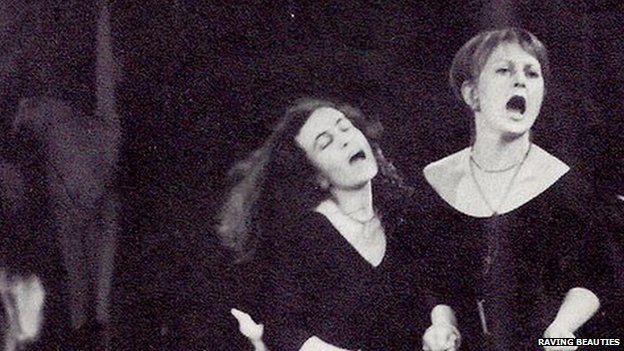 Sue yn perfformio gyda Anna Carteret, un o gyd-syfaenwyr Raving Beauties