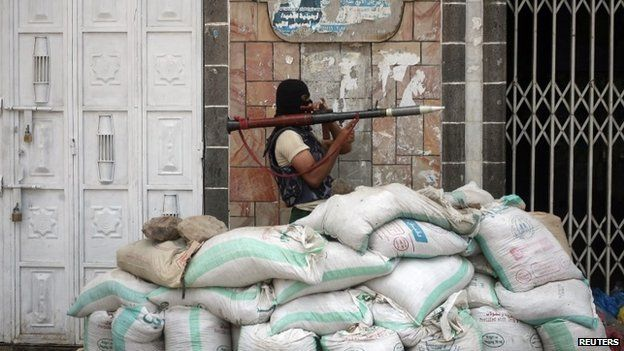 Southern militiaman prepares to fire a rocket-propelled grenade at Houthi rebels in Yemen's southern city of Taiz (24 May 2015)
