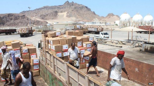 Medical aid from the United Arab Emirates is unloaded in the southern Yemeni port city of Aden (24 May 2015)