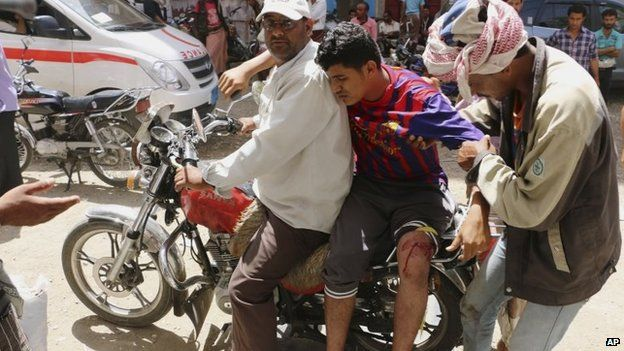 A man injured during fighting between Houthi rebels and southern militiamen in Taiz is transported on a motorbike to a clinic (24 May 2015)