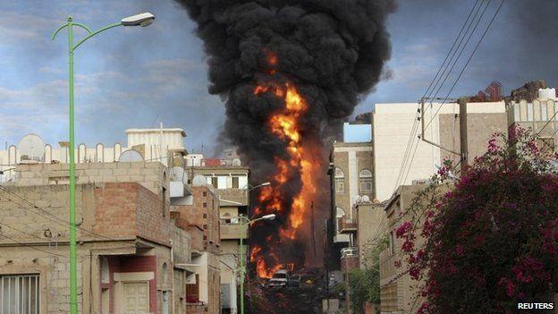 Oil tanker ablaze in Taiz (25 May 2015)