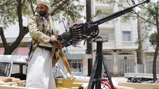 Militia fighter allied to Yemen's exiled government mans a machine gun in Taiz (21 May 2015)