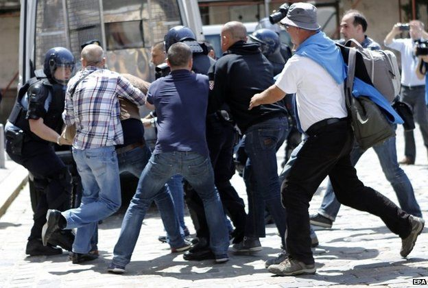Croatian war veterans clash with police infront the Croatian Government building in Zagreb,29 May 2015.