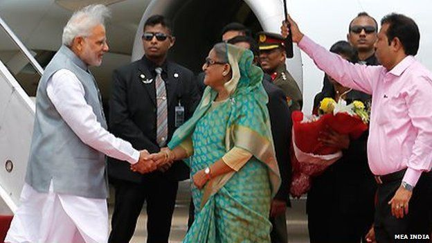 Indian Prime Minister Mahendra Modi (left) being greeted on his arrival in Dhaka by Bangladeshi Prime Minister Sheikh Hasina (06 June 2015)