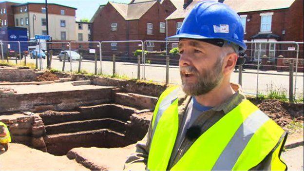 Dr Iestyn Jones o gwmni Archaeology Wales
