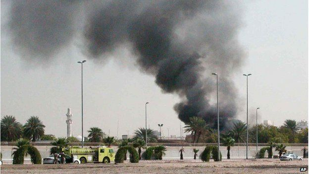 Explosion at US consulate in Jeddah (06/12/04)