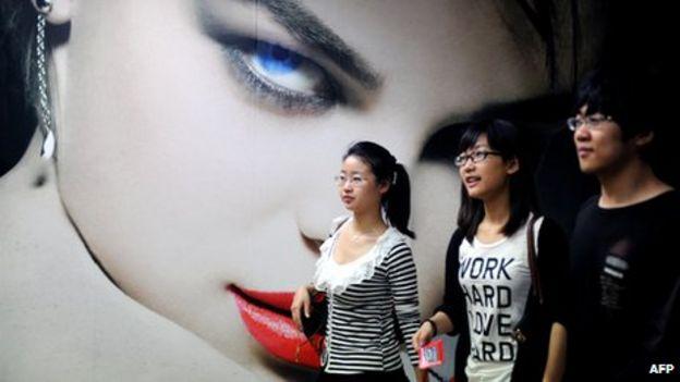 https://ichef.bbci.co.uk/news/624/media/images/63457000/jpg/_63457983_101301863_beijing_shoppers_afp.jpg