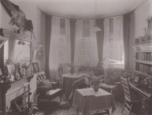 Students' rooms: 1890s v 2010s - BBC News