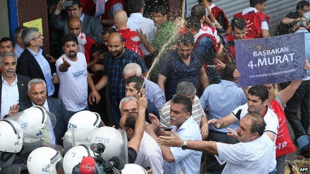 Riot police use pepper spray on protesters in Ankara (31 May 2013)