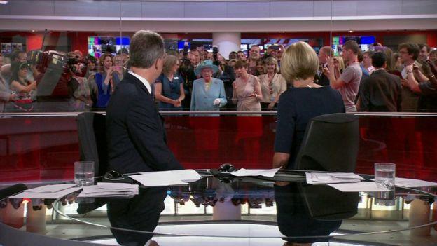 A Rainha visitou a sede da BBC em 2013 e apareceu atrás dos apresentadores no canal da notícias da BBC