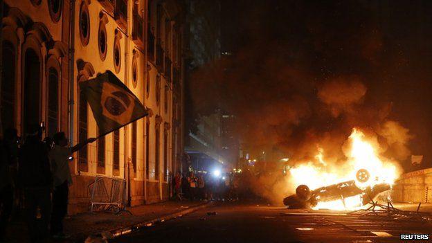 A car burns in Rio de Janeiro (17 June 2013)