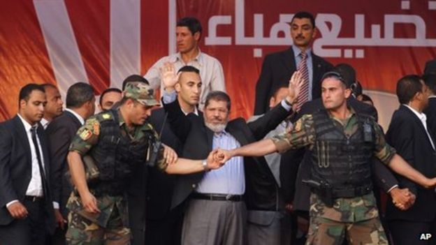 Mohammed Morsi greets supporters in Cairo (29 June 2012)