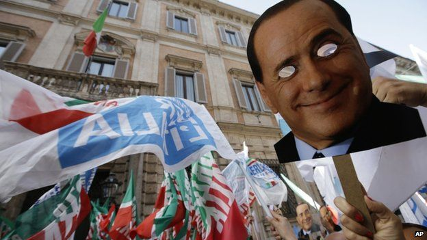 People gather during a demonstration organized by PDL party for its leader Silvio Berlusconi, in front of his residence in Rome, Italy, 4 August 2013.