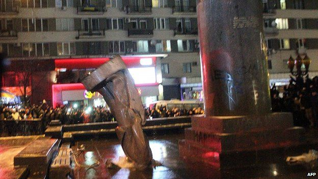 Statue toppled from plinth. 8 Dec 2013