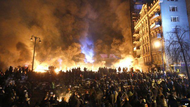 Black smoke and fireballs rise over Kiev (25 January 2014)