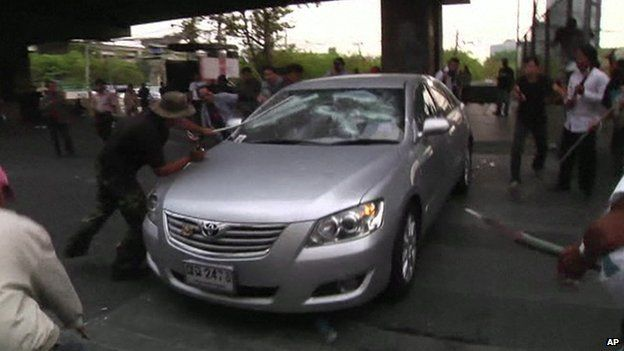 Protesters in Bangkok attack a car (1 February 2014)