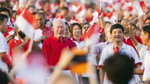 Lee Kuan Yew in crowd 2013