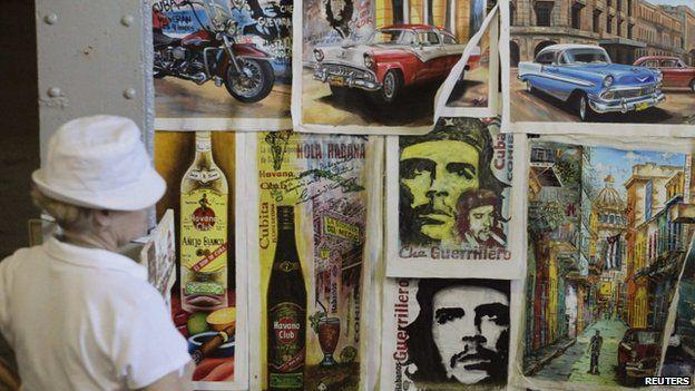Tourist looks at art works at an artisans' fair in Havana (9 October 2013)